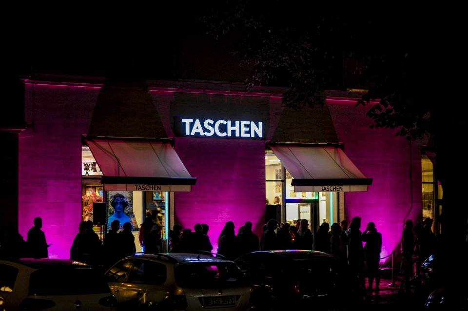 TASCHEN Berlin lights up for the occasion. © Photo: Thorsten Wulff